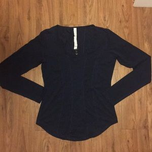Lululemon Women Long Sleeve Top size 8 Scoop Neck